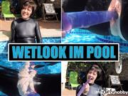 Masken-Lady – WETLOOK Catsuit im Hotelpool