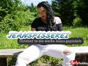 Dominique-Plastique – Jeanspisserei – Outdoor in die weiße Jeans gepinkelt